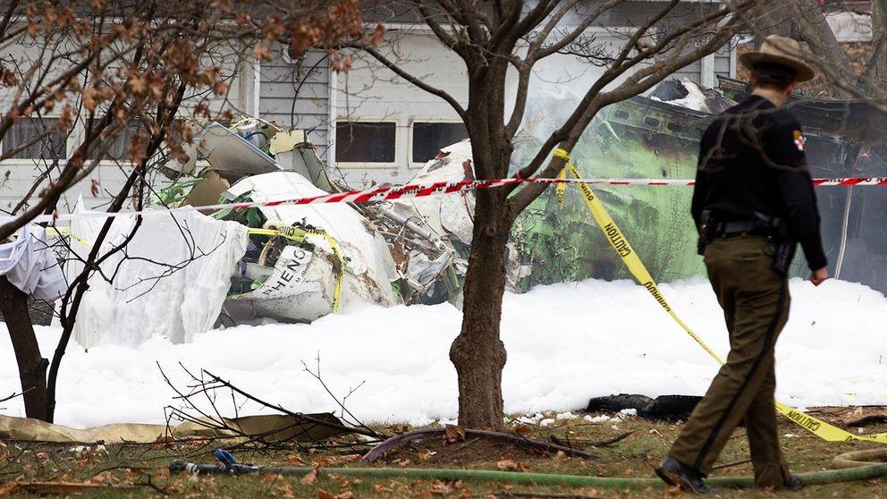 Militarflygplan kraschade i hus