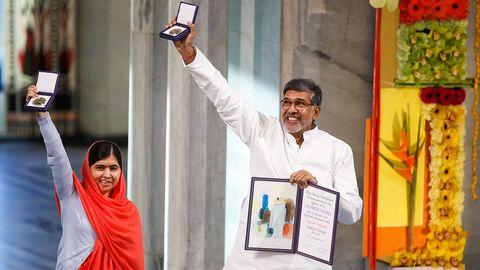 Malala Yousafzai och Kailash Satyarthi tar emot Nobels fredspris.