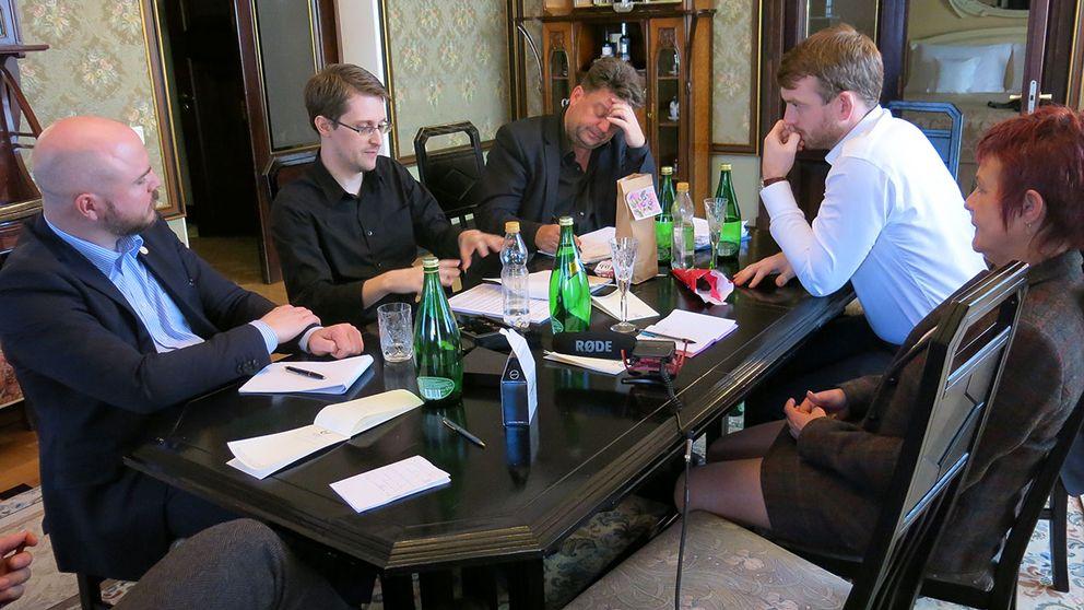 Mathias Sundin (FP), Edward Snowden, Wolfgang Kaleck (Snowdens advokat), Jakop Dalunde (MP) och Cecilia Magnusson (M).