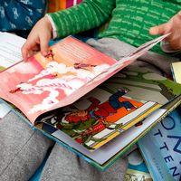 Barn läser böcker.