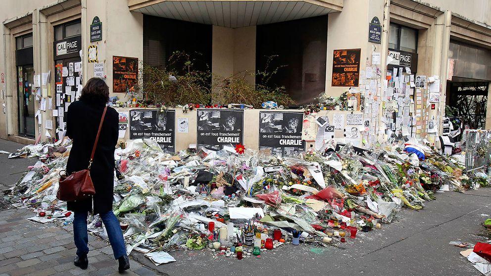 Blomsterberg utanför satirtidningen Charlie Hebdos redaktion i Paris där nio journalister sköts till döds i januari.