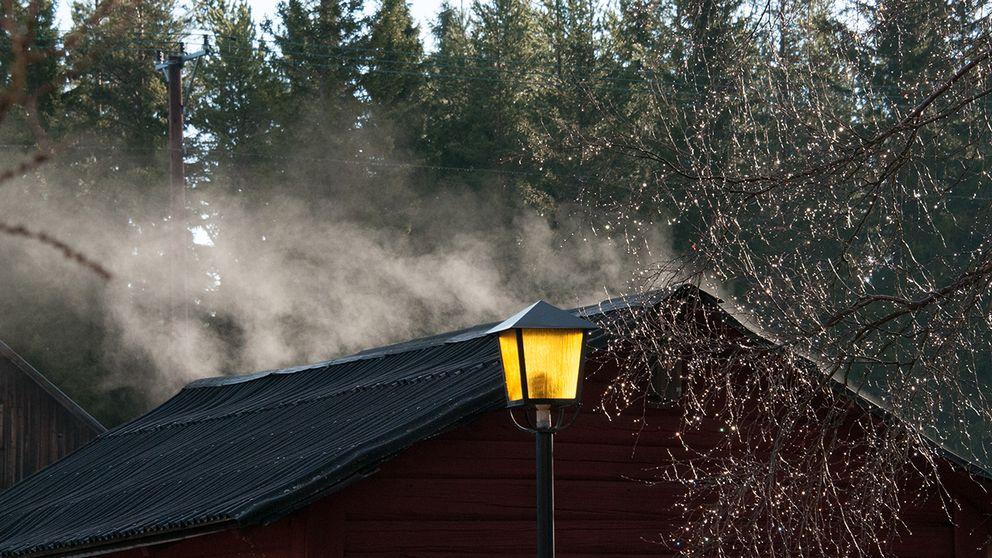 På bilden här har vattendroppar på trädet och på taket först förångats av att solen värmt det svarta taket. När vattenångan når bara en liten bit upp kyls den åter av när den blandas med den ännu kalla jämtländska vårluften. Då kondenserar åter vattenångan och bildar som ett litet moln ovanför taket.