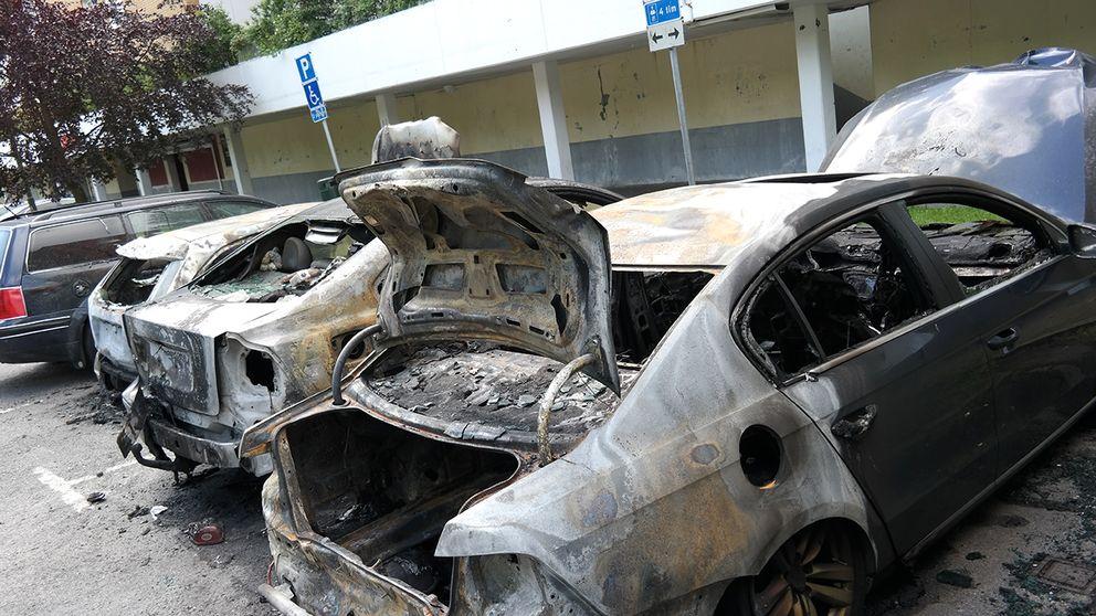 Flera bilar sattes i brand i Kroksbäck i Malmö under natten.
