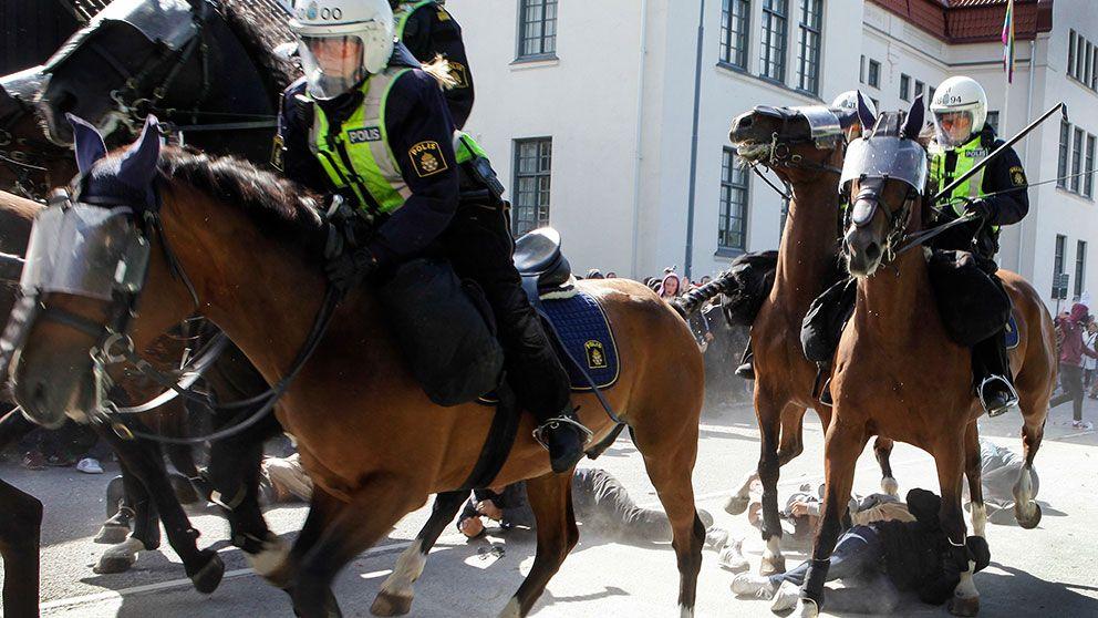 Ridande polis attackerar motdemonstranter under Svenskarnas partis torgmöte i Malmö på lördagen.