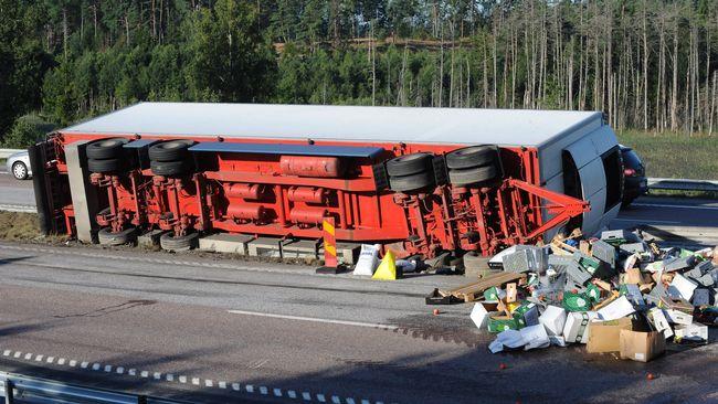 Lastbilsolycka orsakade enorma koer pa e4an