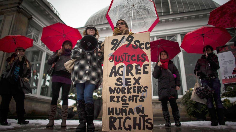 """Kanadensiska prostituerade demonstrerar mot landets sexköpslagar. Kanada använder sig av den så kallade """"svenska modellen"""" som förbjuder sexköp, men tillåter försäljning."""