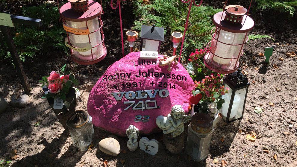 Rosa gravsten på Östra kyrkogården i Karlskoga.