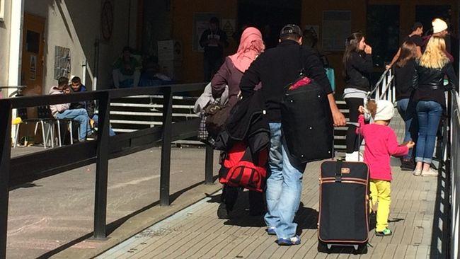 Hundratals flyktingar gripna