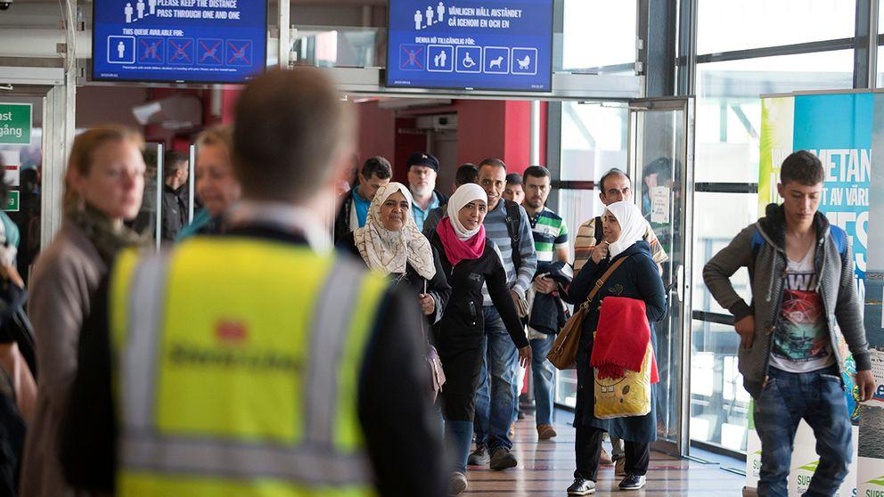 Flyktingar anländer till färjeterminalen i Göteborg i mitten av september.