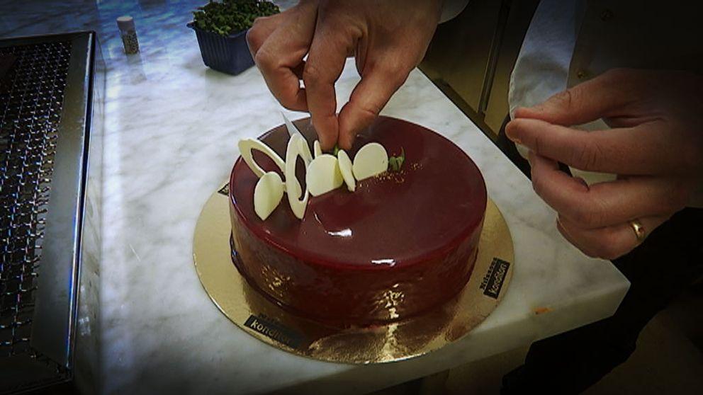 Årets konditor Anders Oskarsson dekorerar en tårta