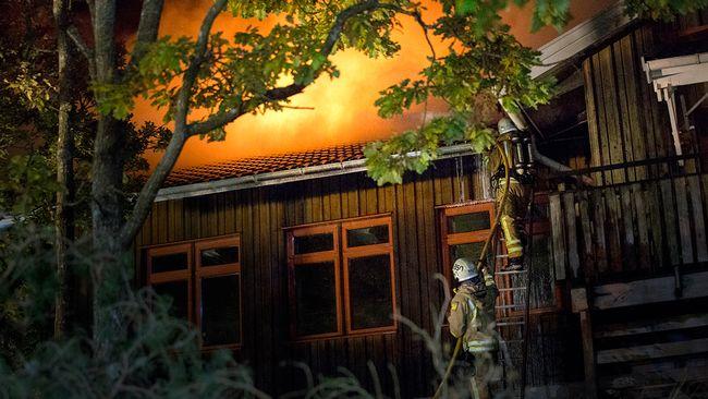 Furulidsskolan i Onsala i Kungsbacka började brinna på lördagskvällen. Skolanvar tänkt för att användas för en stor del av de 170 asylplatser som ställts i ordning i kommunen.
