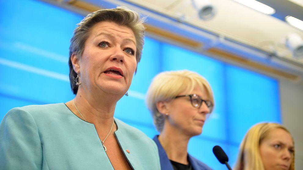 Arbetsmarknadsminister Ylva Johansson (S), Elisabeth Svantesson, vice partiordförande, (M), Johanna Jönsson (C), talesperson för integration och migrationsområdet.