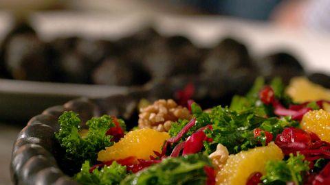 grönkålssallad med granatäpple och apelsin