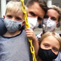 """På grund av den dåliga luften i Shanghai tvingas Bruno, Rasmus, Linda och Molly Rantil använda munskydd. """"En riktig bra dag här är som en dålig dag på Hornsgatan i Stockholm"""", säger Rasmus Rantil."""