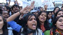 På söndagen släpptes en av de män som genomförde en brutal våldtäkt på en kvinna ombord på en buss i Indien, 2012. Mannen har suttit i fängelse i tre år och frisläppandet möttes av stora protester.