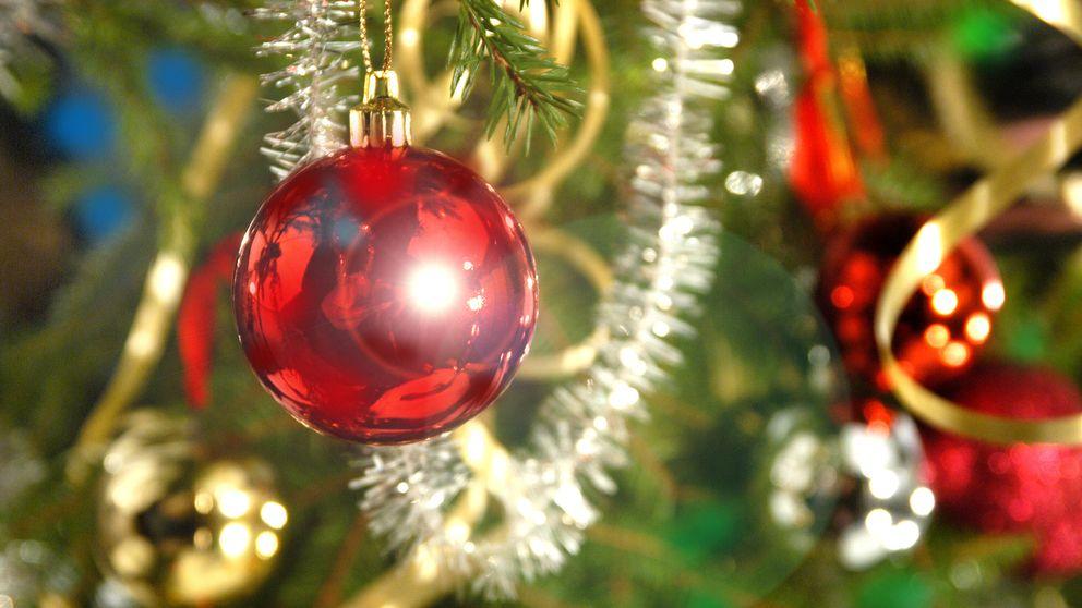 Julgran dekorerad med blanka färgade kulor och glitter.