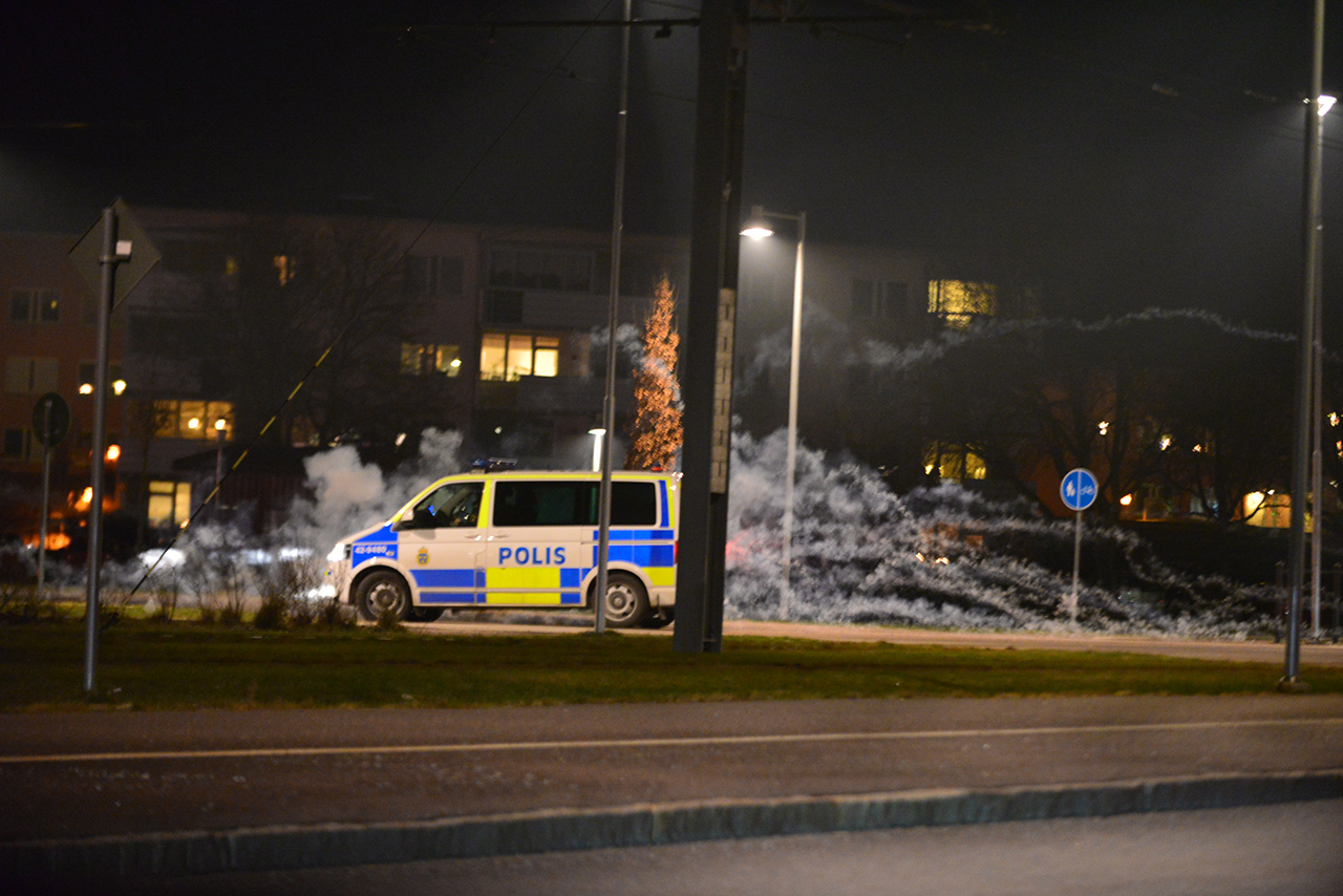 Sten och fyrverkerier mot polisstation