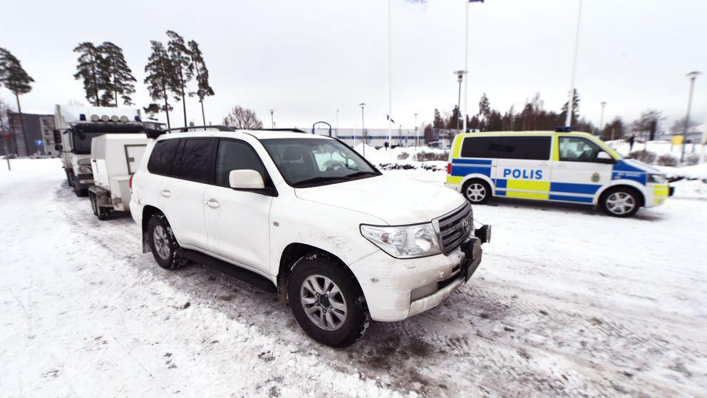 Polisens bombgrupp har kommit till Skavsta flygplats för att ta hand om väskan med det explosiva ämnet.