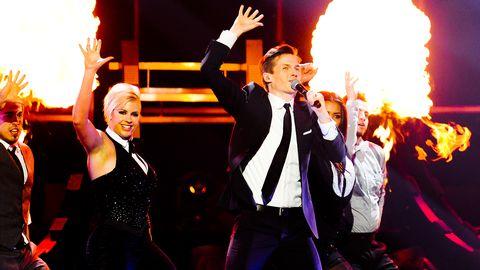 """Bild på David Lindgren, som framför fjärdeplacerade """"Shout It Out"""" i finalen av Melodifestivalen 2012."""