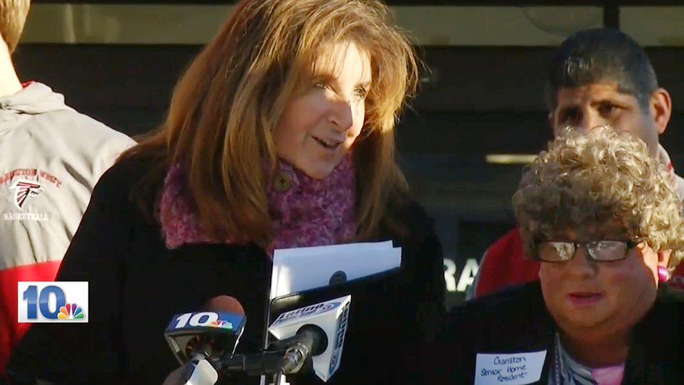 Sue Stenson med David Roberts som äldre kvinna till höger.