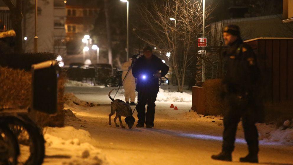 Polisens tekniker arbetar på platsen efter skottlossningen i Akalla centrum på tisdagskvällen.