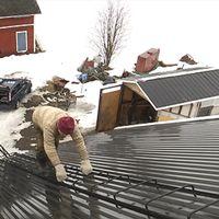 Marcus, 81, klättrar upp på taket för att få mobiltäckning.