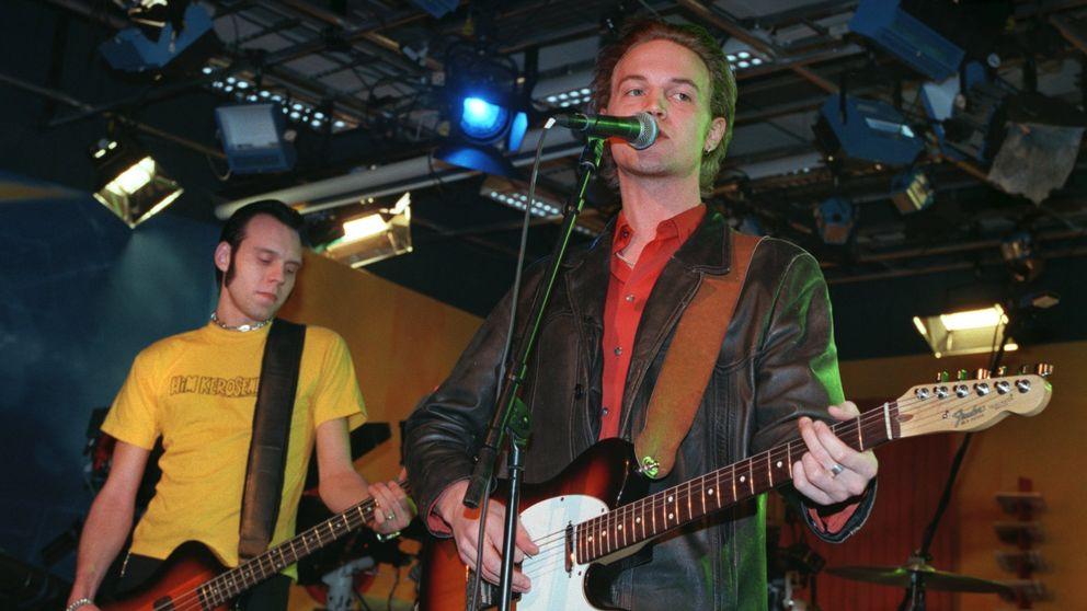 Bassisten Martin Andersson och sångaren Niklas Hillbom under en spelning 1998.