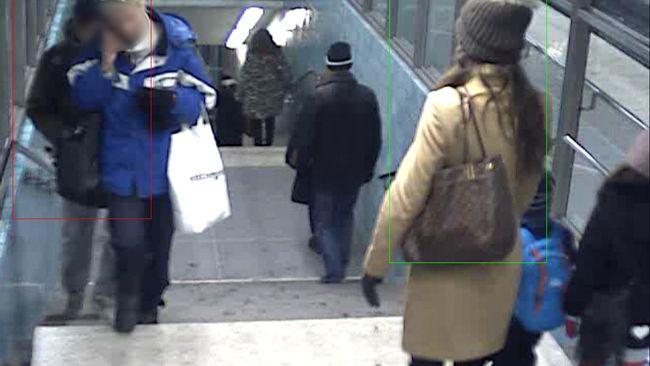 Mannen försöker stjäla ur kvinnans väska