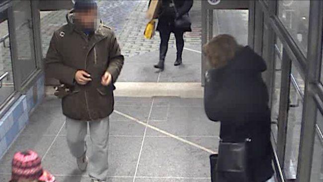 Mannen på väg upp från tunnelbanan.