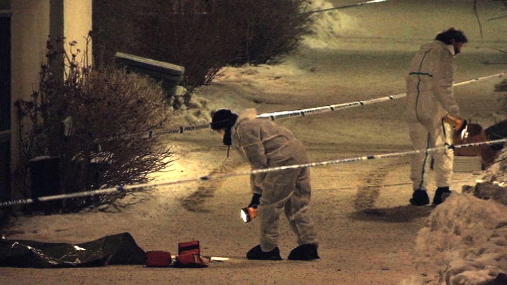 Polisens tekniker arbetar efter skottlossningen i Farsta, i södra Stockholm.