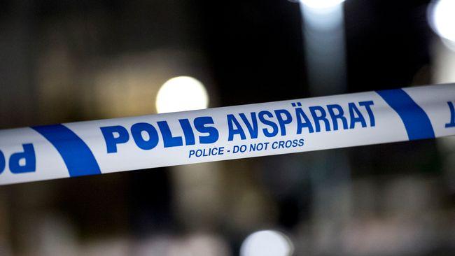 En äldre kvinna har blivit rånad i sin bostad av fyra gärningsmän som brutit sig in i huset.