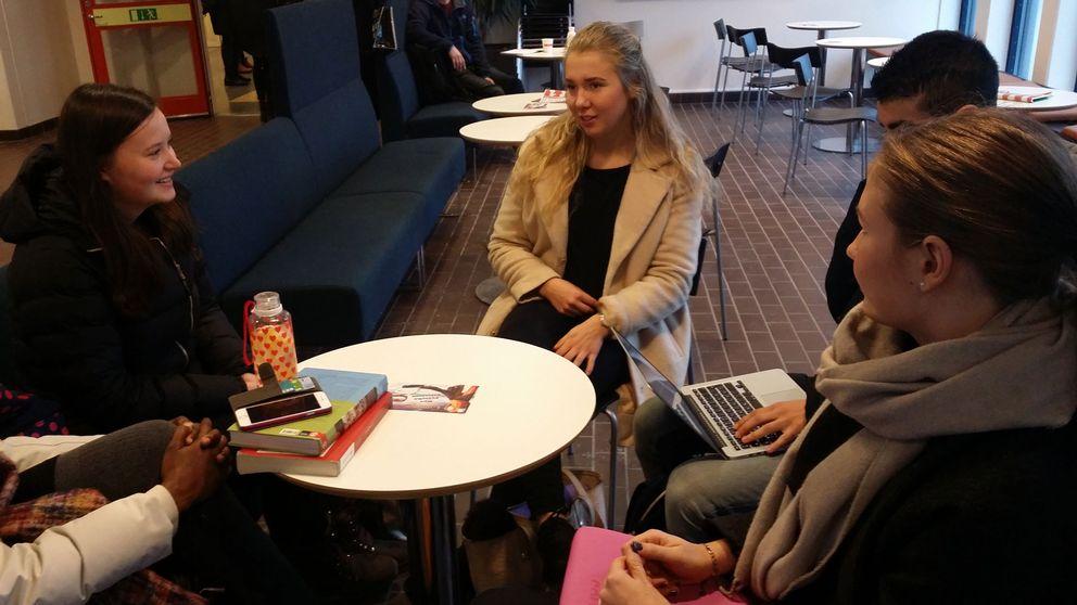 Sofia Strömer och Amanda Ferngren inne på ÖRebro Universitet