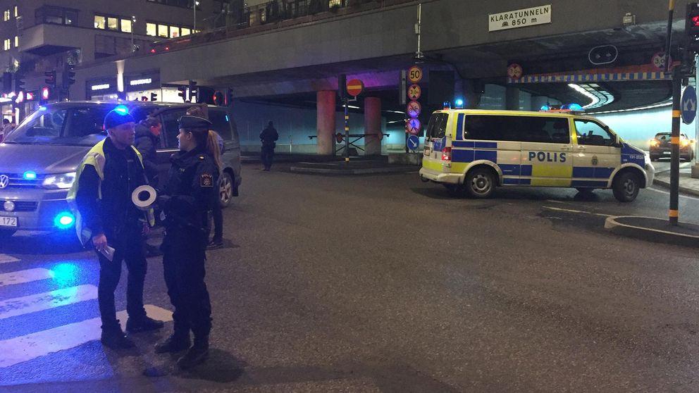 Avspärrningar på Mäster Samuelsgatan efter explosion i området.