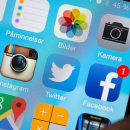 Visar en skärm på en smart telefon med appar.