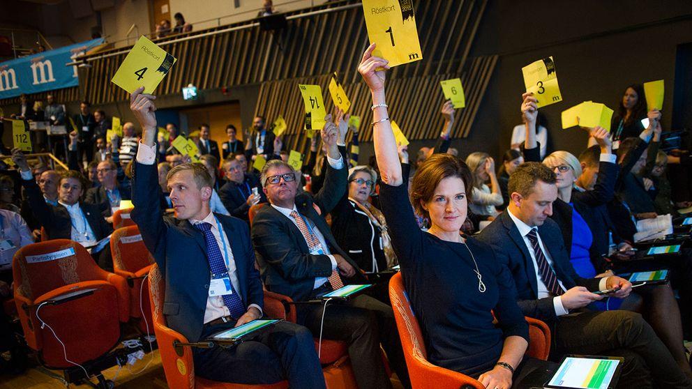 Moderaternas partisekreterare Tomas Tobé och partiledaren Anna Kinberg Batra vid partistämman i oktober.