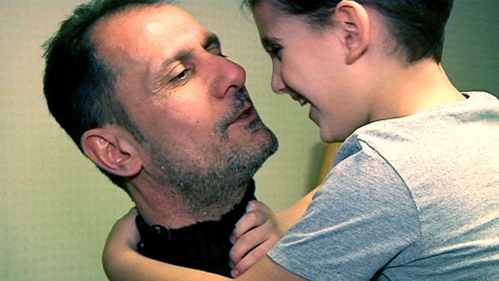 Robert Mansoor lever för sin son, sexårige Johannes. Men Johannes, som är autistisk, får ingen assistans.