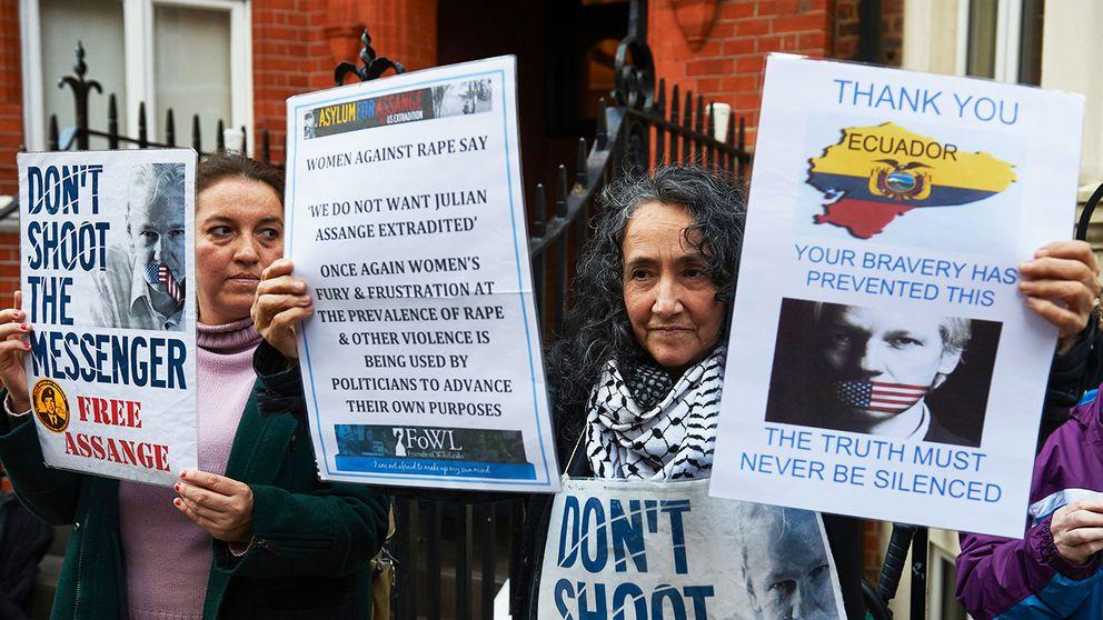 Demonstranter utanför Ecuadors ambassad i London.