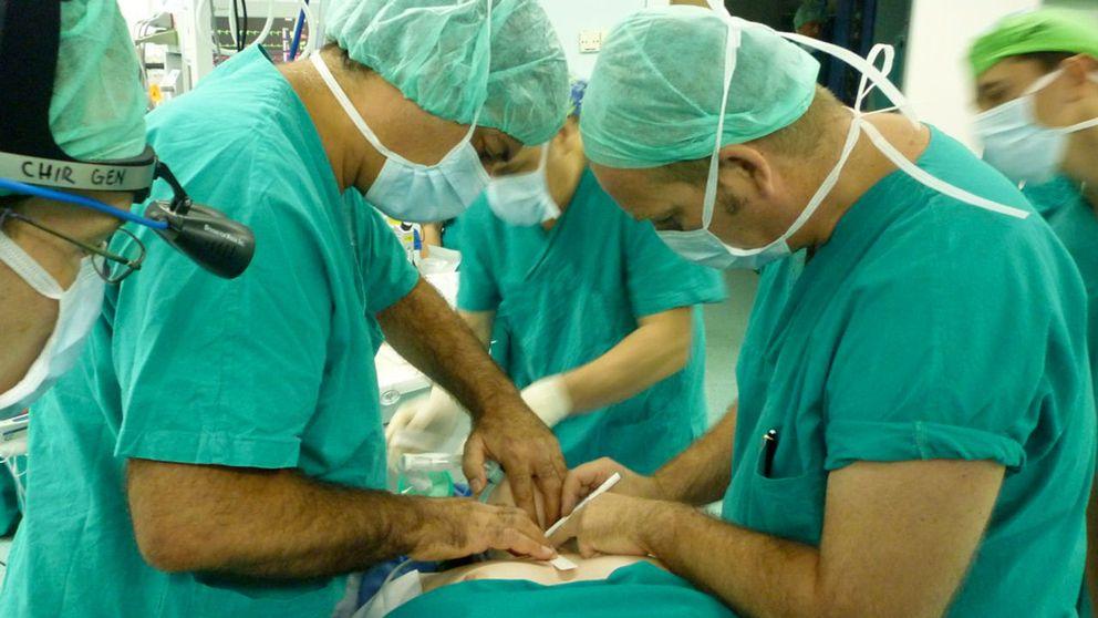 Paolo Macchiarini och hans team under en luftstrupesoperation.