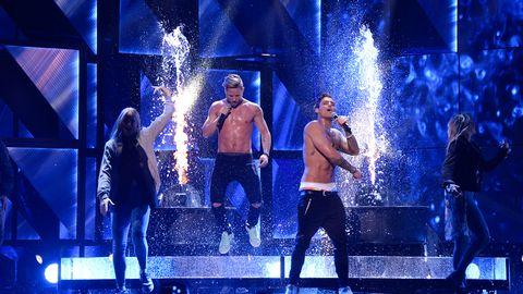 Mycket vatten på scen i Samir & Viktors nummer.