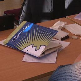 Klassrumsbild från tolkutbildningen vid Härnösands folkhögskola. På bänken ligger boken Tolkkunskap.