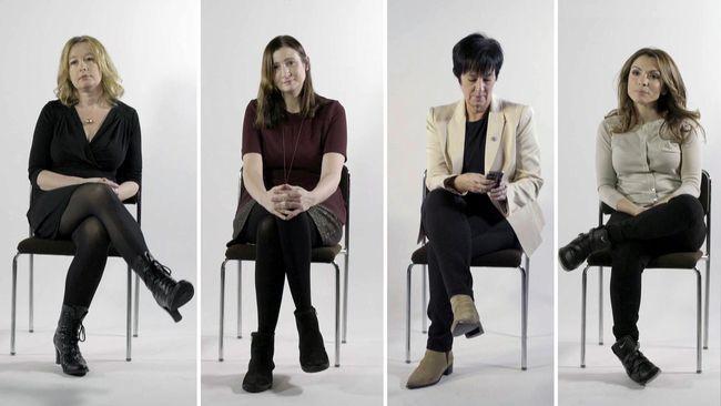 Journalister och politiker som sitter på stolar
