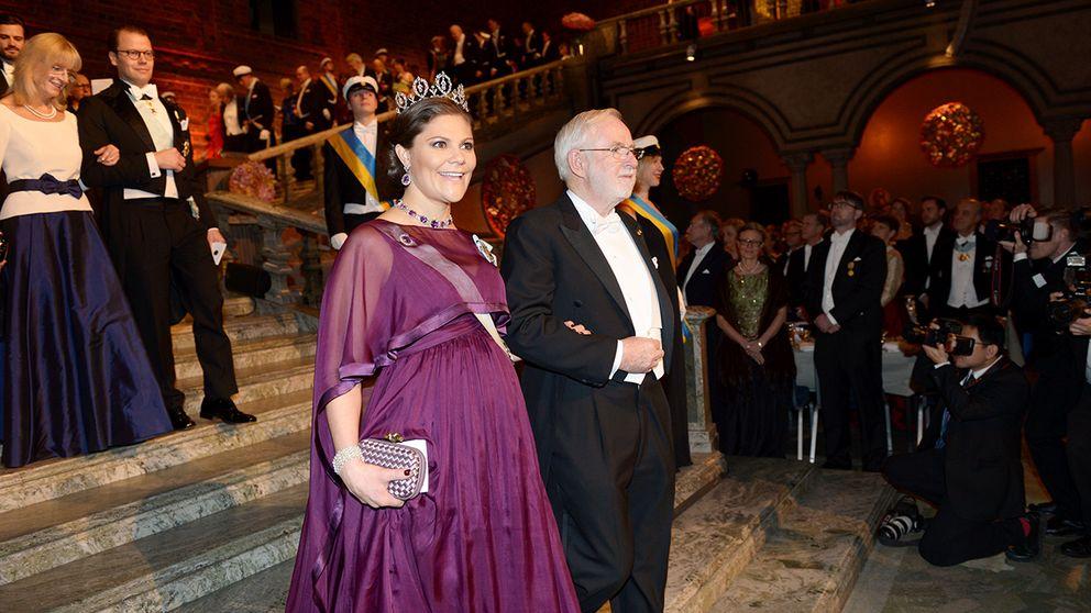 Kronprinsessan Victora tillsammans med nobelpristagaren Arthur B. McDonald vid Nobelbanketten 2015.