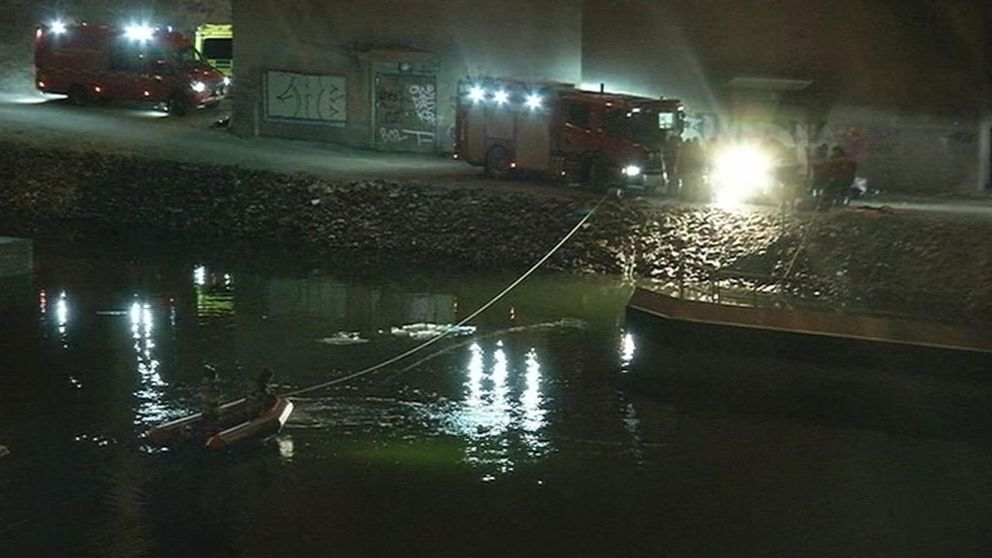 Fem döda när bil körde genom brobom på E4:an i Södertälje