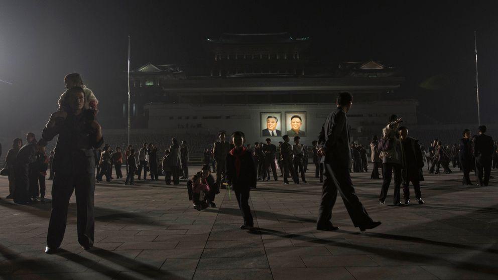 Nordkoreaner samlas för att fira Kim Il Sungs födelsedag på Kim Il Sung-torget i Pyongyang.