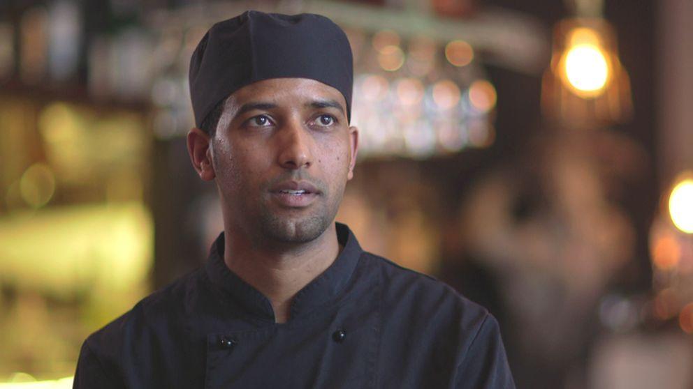 Abdulhafiz Adem jobbar som kock på en restaurang i Stockholm.