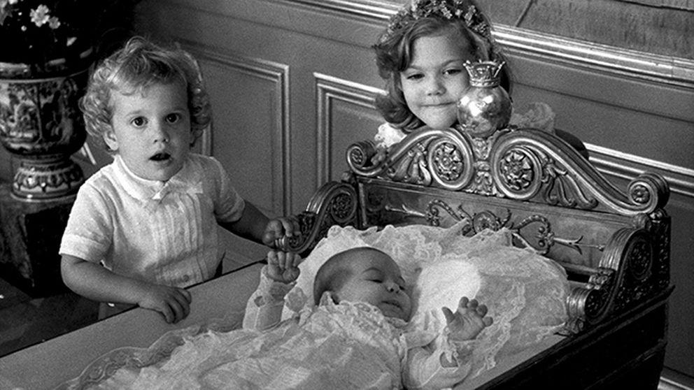 Prinsessan Madeleine föddes 1982. Här i sin dopklänning tillsammans med prins Carl Philip och kronprinsessan Victoria.