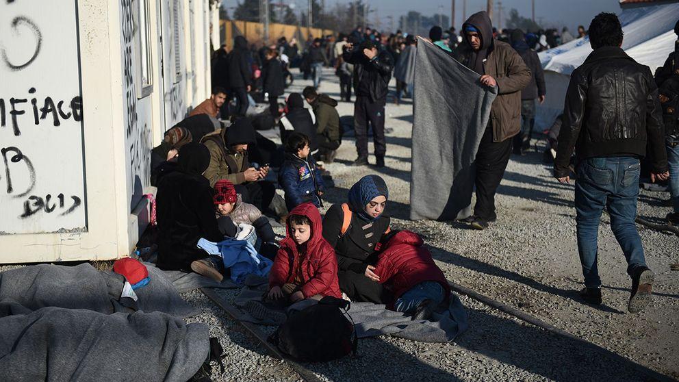Flyktingar vid ett flyktingläger i området Idomeni vid gränsen mellan Grekland och Makedonien.