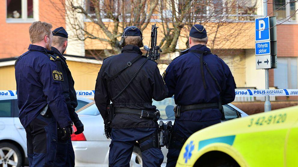 Poliser står på gatan i Norrköping.