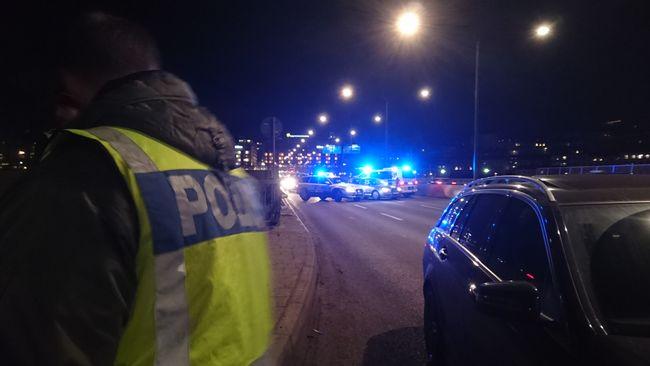Polisen kollar bilar på väg in mot Stockholm.