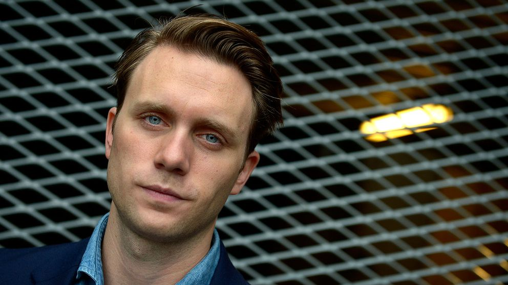 Martin Wallström gratulerar Alicia Vikander till Oscarstatyetten